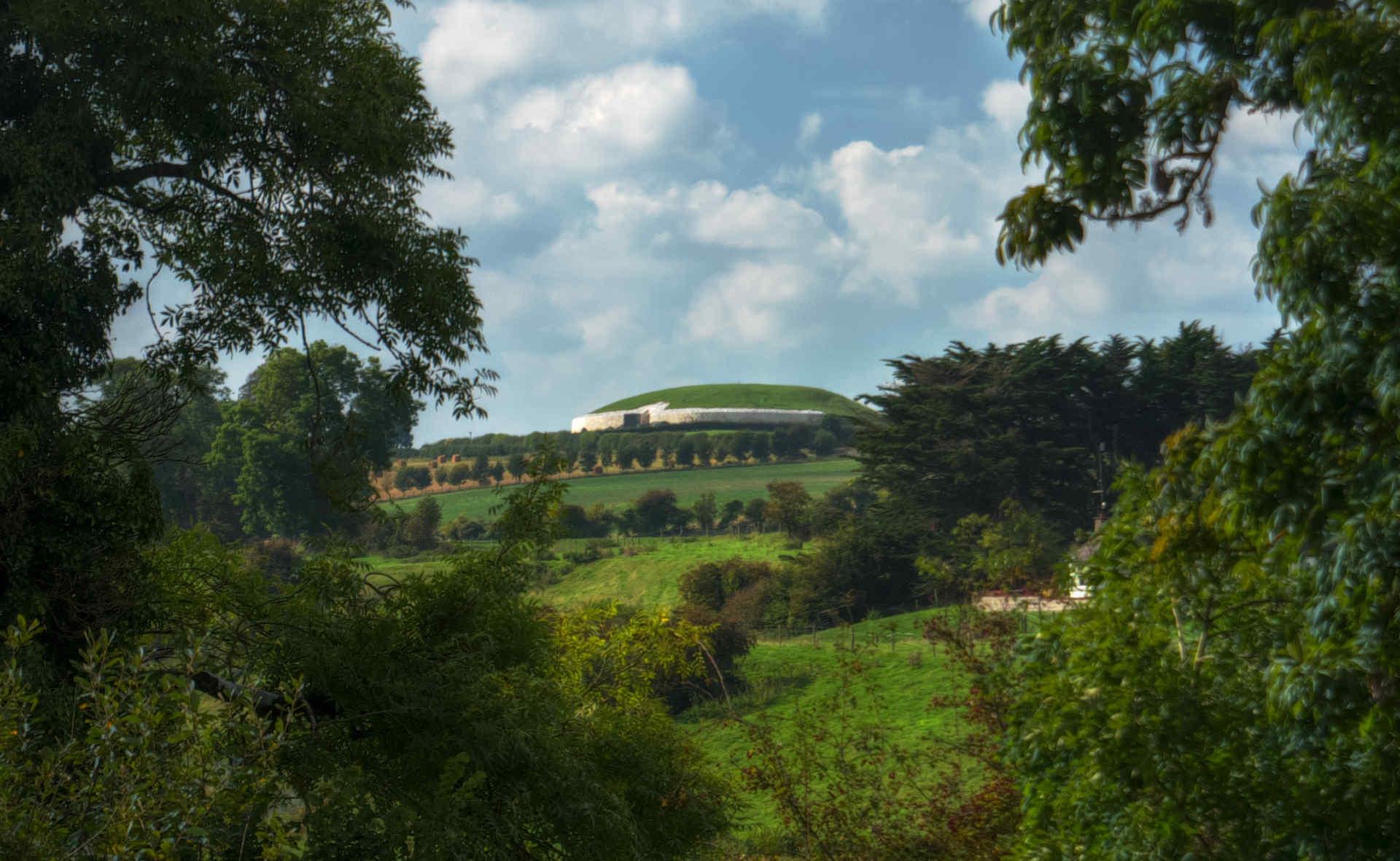 Newgrange_from_Bru_na_Boinne